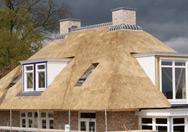 Nieuwbouw van woning met rieten dak